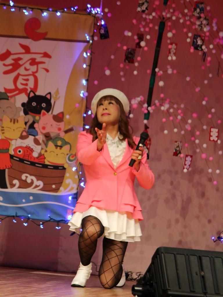 ピンクジャケット白マイクロ舞台(2)