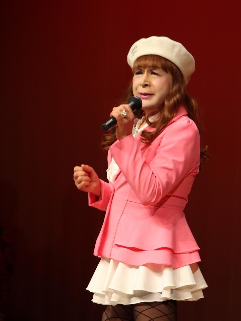 ピンクジャケット白マイクロ舞台(7)