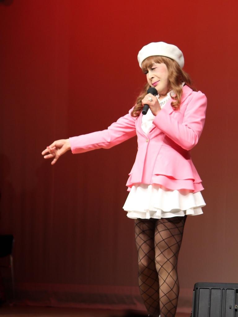 ピンクジャケット白マイクロ舞台(8)
