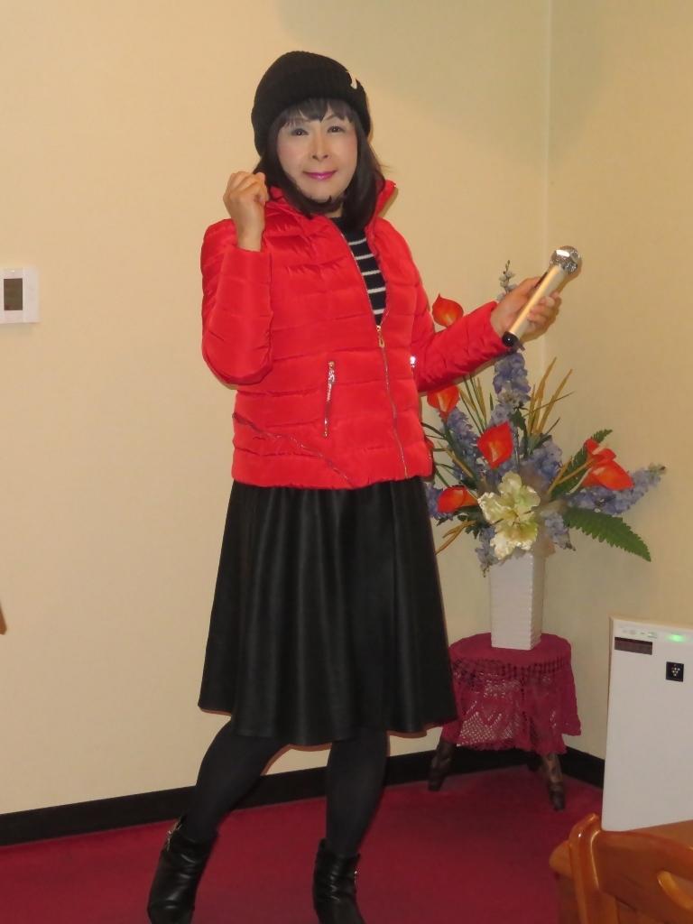 赤ダウンジャケット黒フレアスカートカラオケ(3)