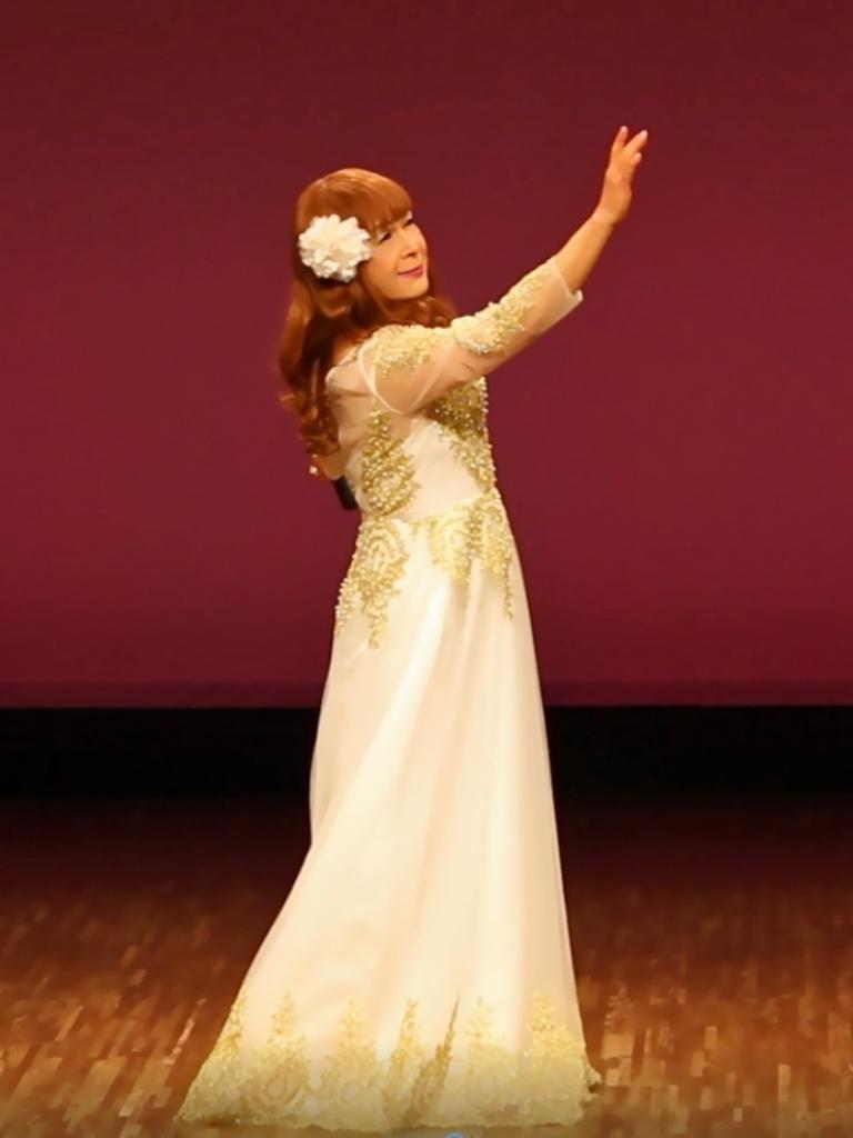 白地に金レース飾りドレス舞台(1)