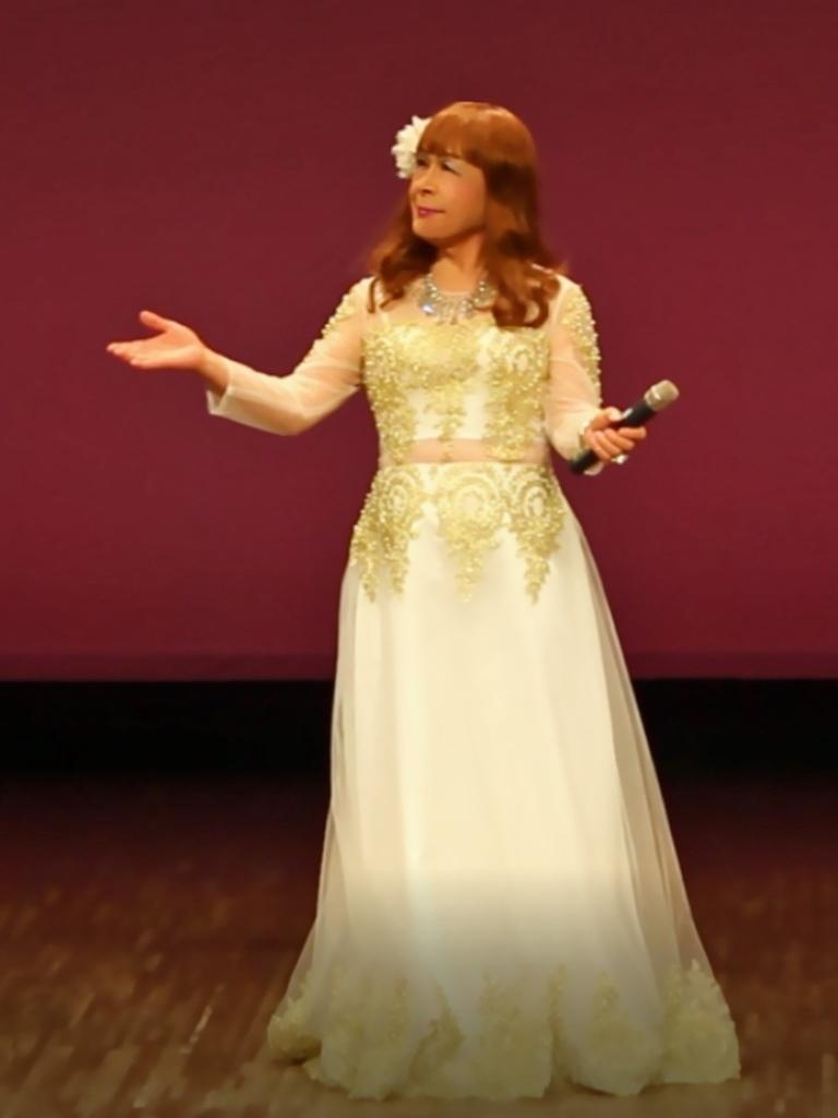 白地に金レース飾りドレス舞台(2)