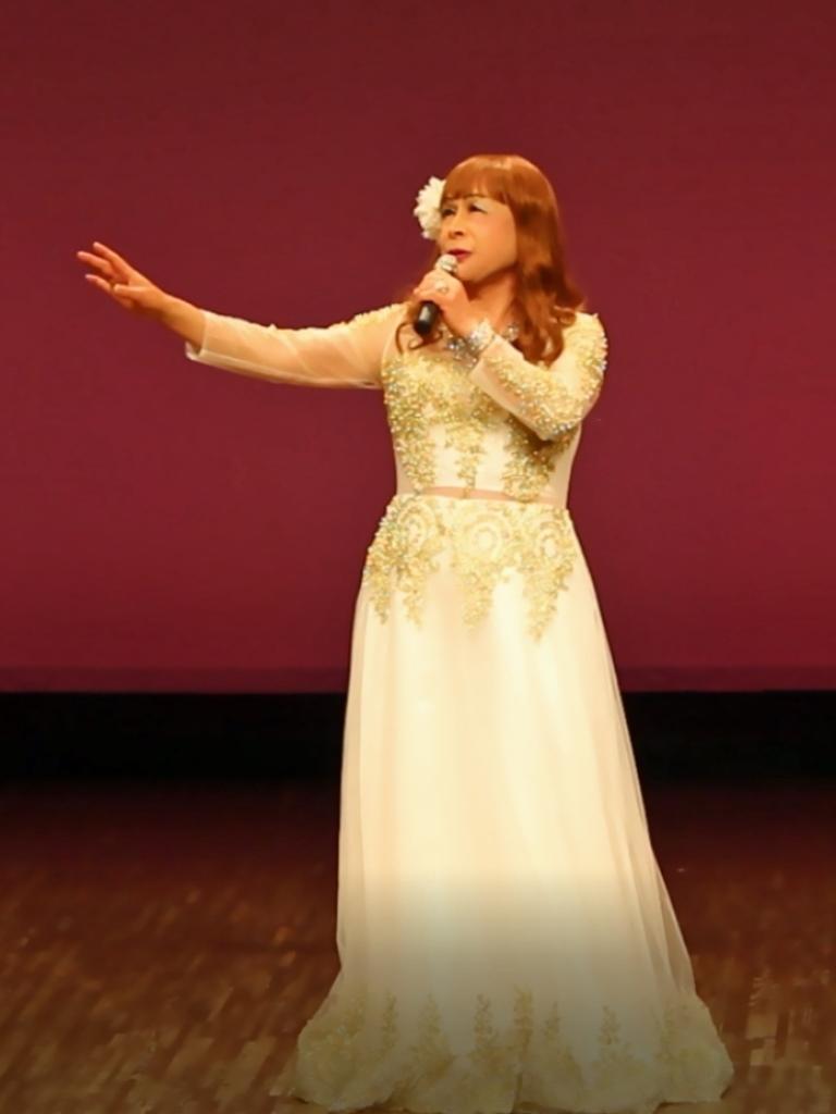 白地に金レース飾りドレス舞台(3)