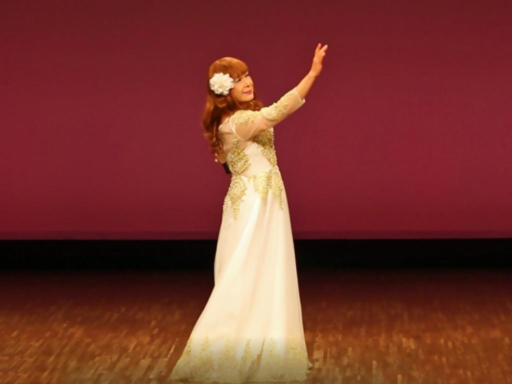 白地に金レース飾りドレス舞台(4)