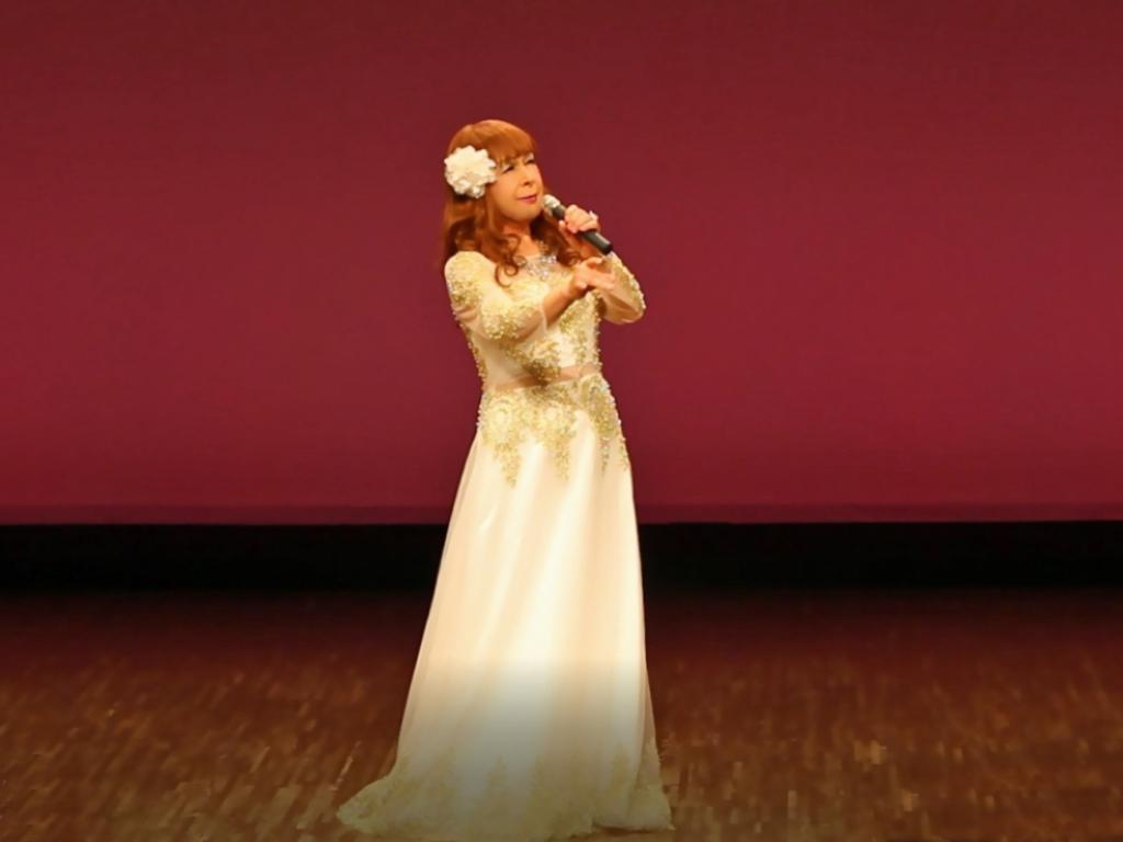 白地に金レース飾りドレス舞台(5)