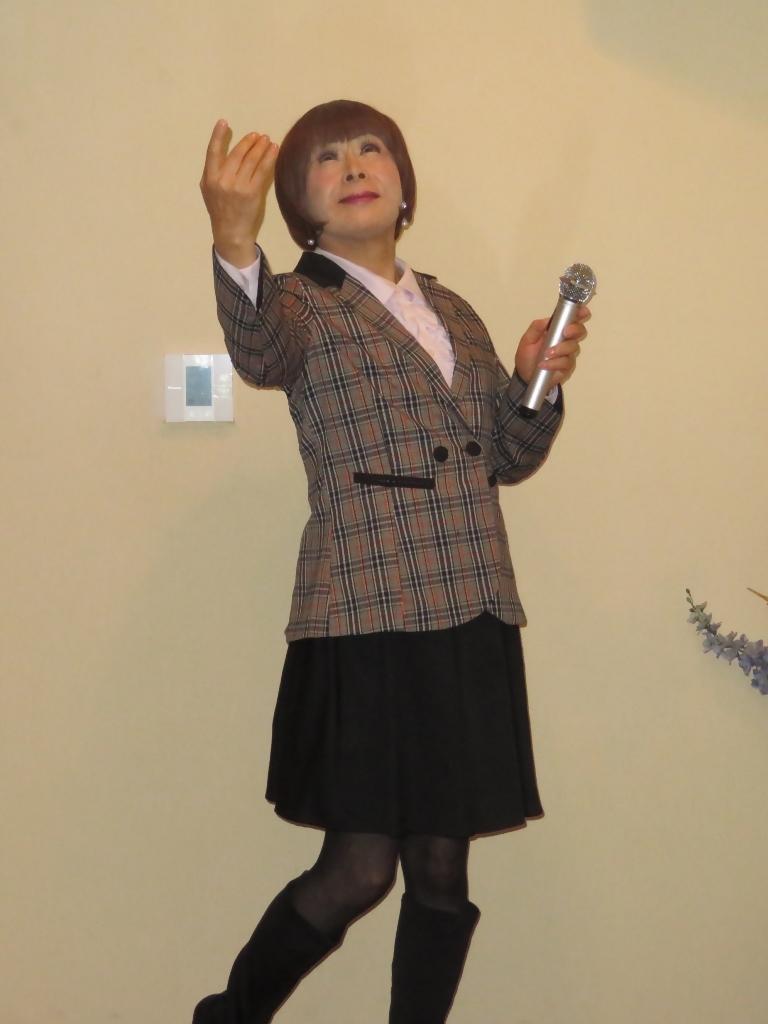チェック柄ジャケット黒スカートカラオケ(2)