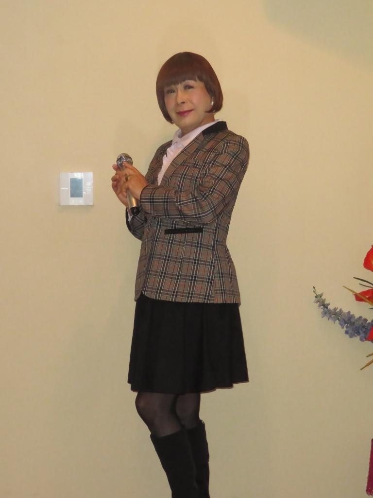 チェック柄ジャケット黒スカートカラオケ(3)