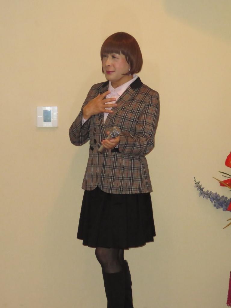 チェック柄ジャケット黒スカートカラオケ(4)