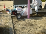 自走砂場清掃篩機 すなっぴー にて異物を除去