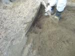 砂場の枠と角に木の根