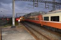 特急プユマの発車直後にディーゼル自強入線181025