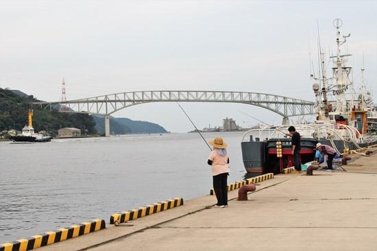s-㉘境港で釣する人