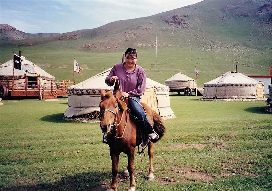 ⑬ゲルと馬に乗る女性