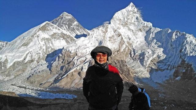 カラバタール山頂でエベレストをバックに