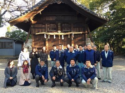 八ツ屋神明社において、皆と参拝