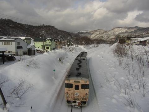 清水沢駅を発車した夕張行列車