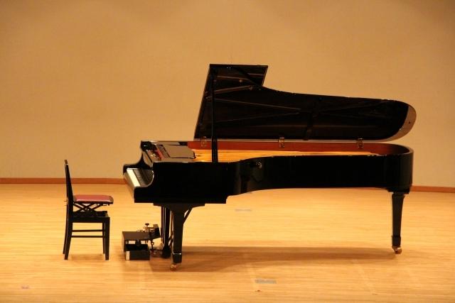 ホールのグランドピアノ