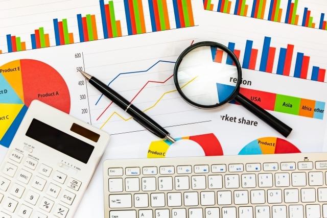 ビジネス ペン 電卓 キーボード グラフ 分析