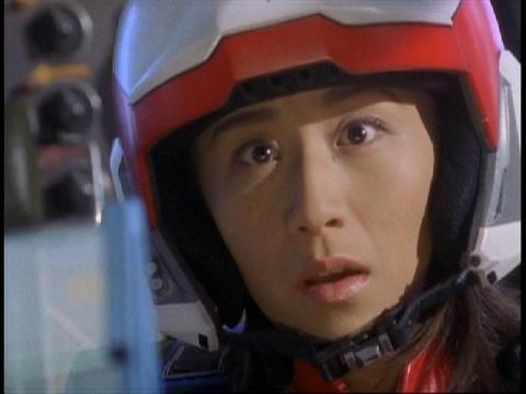 ガラオンがお笑い顔になり驚くユミムラ・リョウ隊員(演:斉藤りさ)