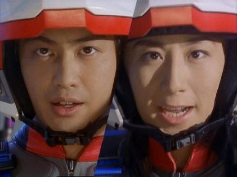 フォーメーション攻撃に移るユミムラ・リョウ隊員(演:斉藤りさ)