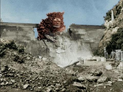 湖のダムを破壊するガラモン