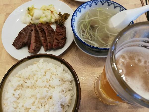 横浜の利久で牛タン定食と昼ビール