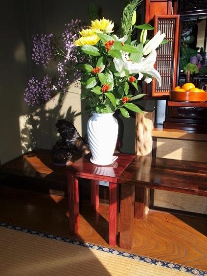 P1040013 仏壇の横に