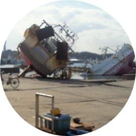 陸に上がった漁船