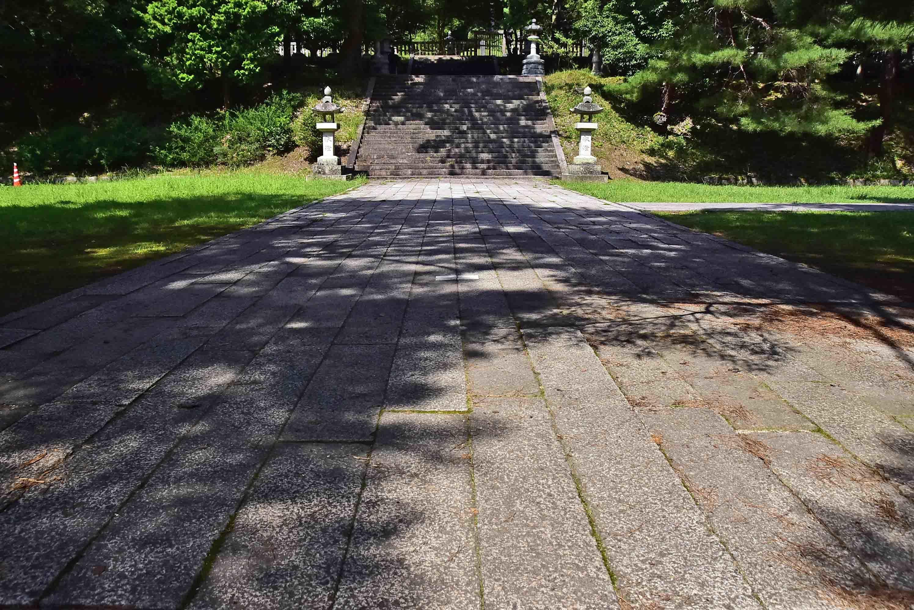 香山墓所 うぐいす張りの石畳み