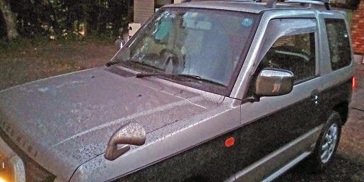 口永良部島の火山灰をあびた自家用車