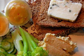 blog CP9 Lunch, Boiled Egg, Humus, Blue Cheese, Rye Bread, Raita & Broccoli_DSCN0662-10.27.18.jpg