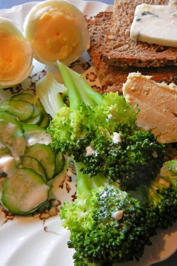 blog CP9 Lunch, Boiled Egg, Humus, Blue Cheese, Rye Bread, Raita & Broccoli 2_DSCN0661-10.27.18.jpg