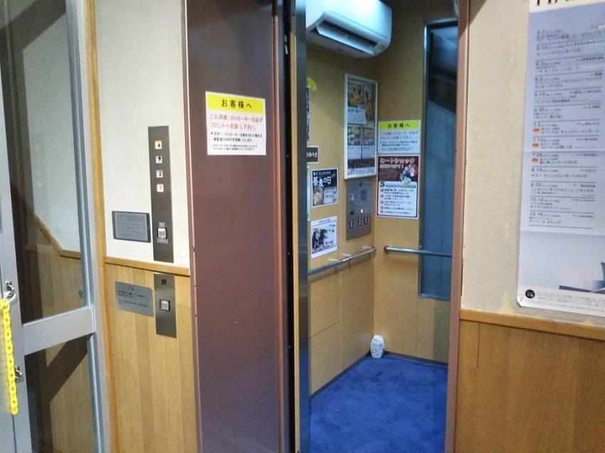 斜行エレベーター 下