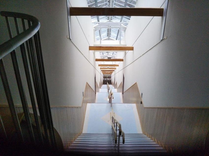 斜行エレベーター 上 階段