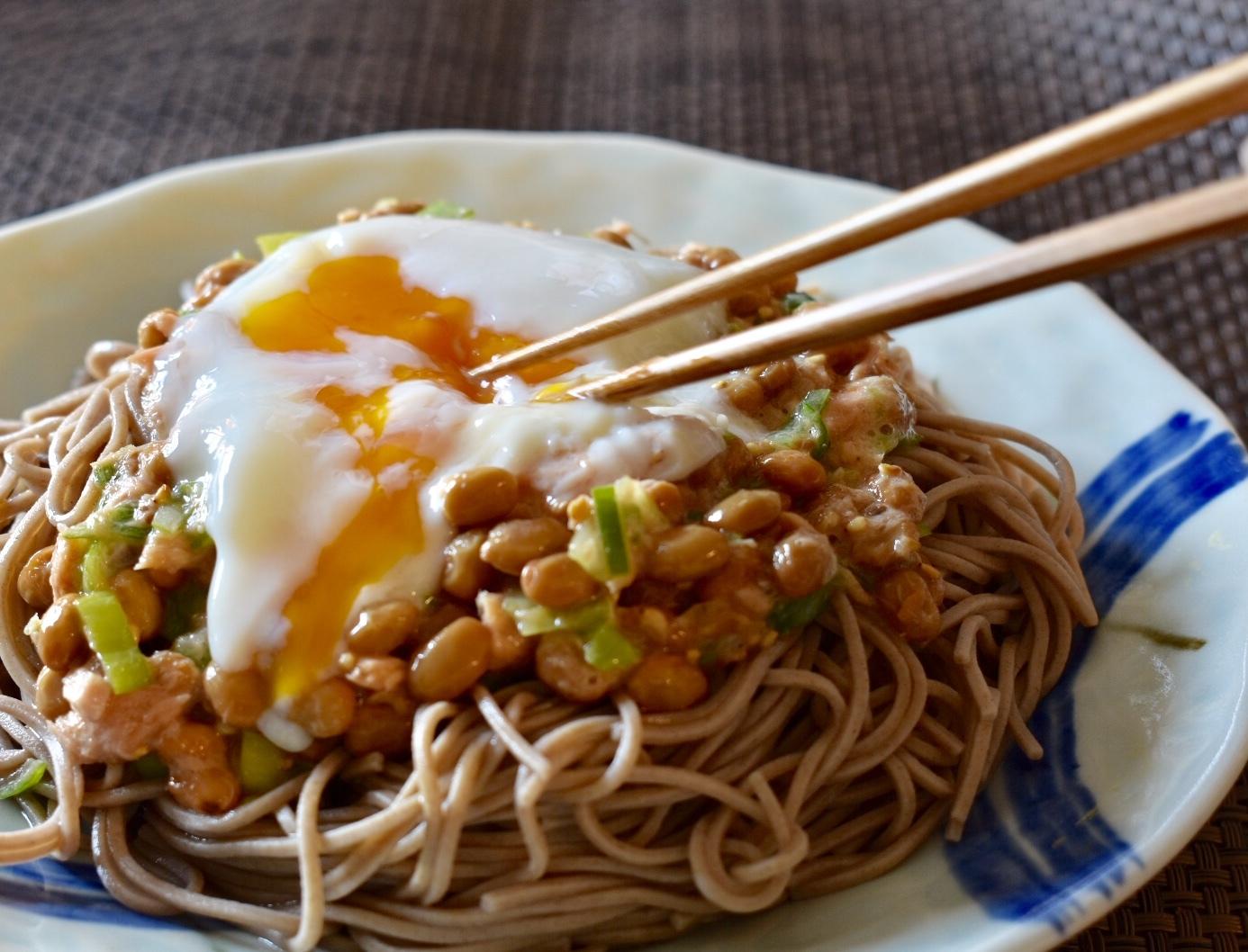 納豆とツナの温玉のっけ蕎麦