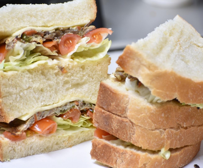 お野菜たっぷり肉味噌でサンドイッチ
