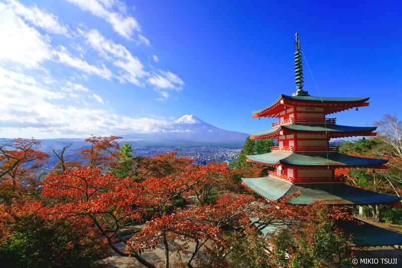 絶景探しの旅 - 0762 秋の赤が映える富士山と五重塔の風景 (新倉山浅間公園/山梨県 富士吉田市) border=