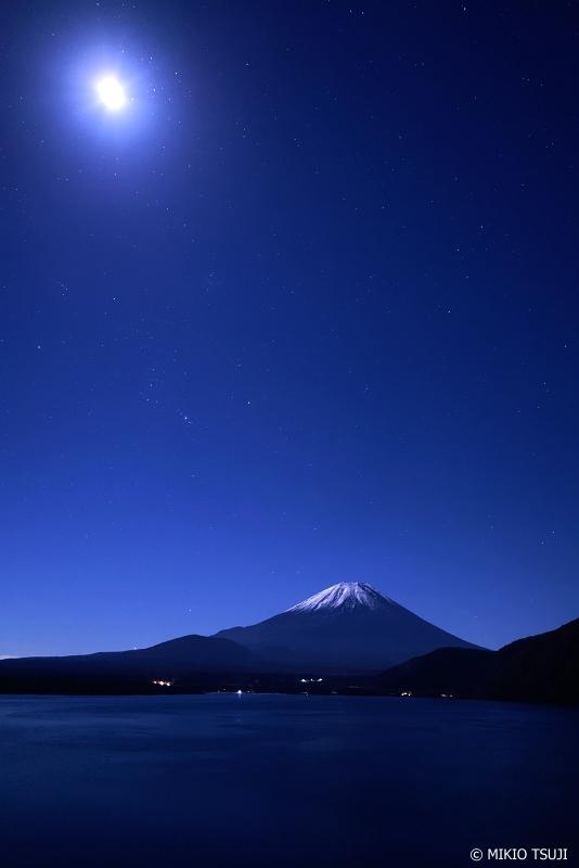 絶景探しの旅 - 0764 月の光に浮き出す富士山 (本栖湖/山梨県 身延町)