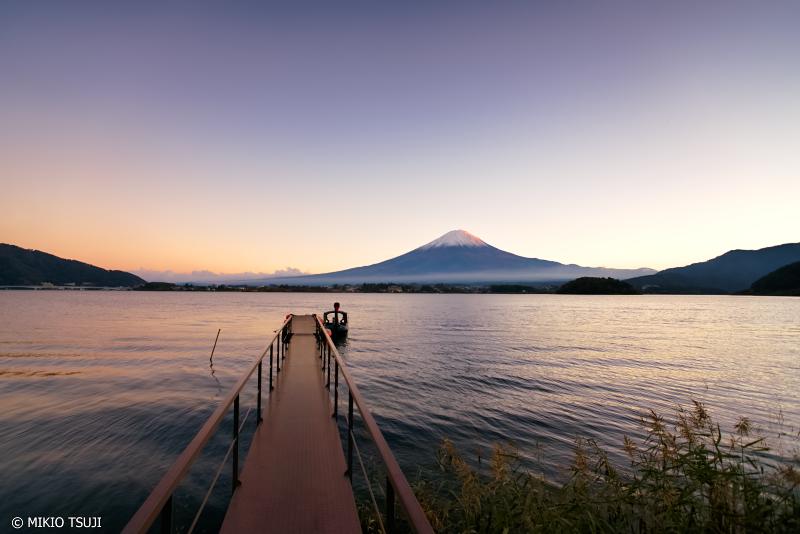 絶景探しの旅 - 0765 マジックアワーの富士山と河口湖の風景 (山梨県 富士河口湖町)