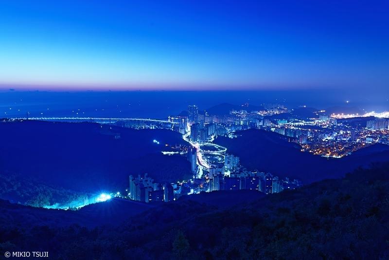 絶景探しの旅 - 0774 水平線が赤く染まり始める釜山の都市風景 (荒嶺山/釜山広域市 蓮堤区)
