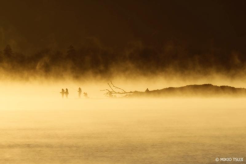 絶景探しの旅 - 0786 気嵐の屈斜路湖の釣り人たち (北海道 弟子屈町)