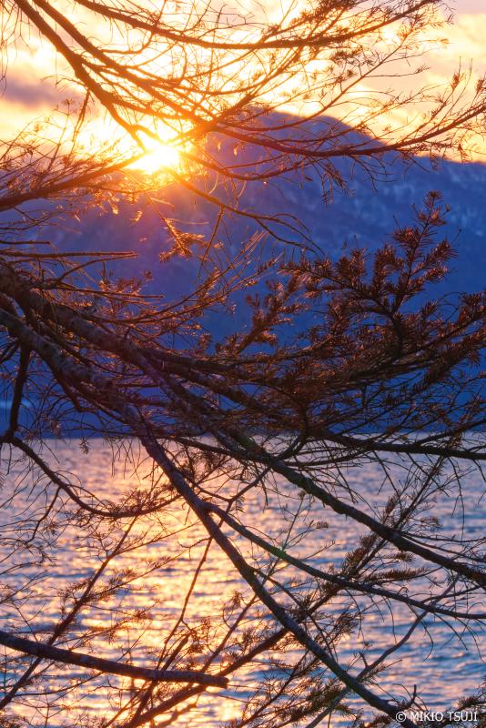 絶景探しの旅 - 0796 屈斜路湖の山陰に隠れる夕日 (北海道 弟子屈町)