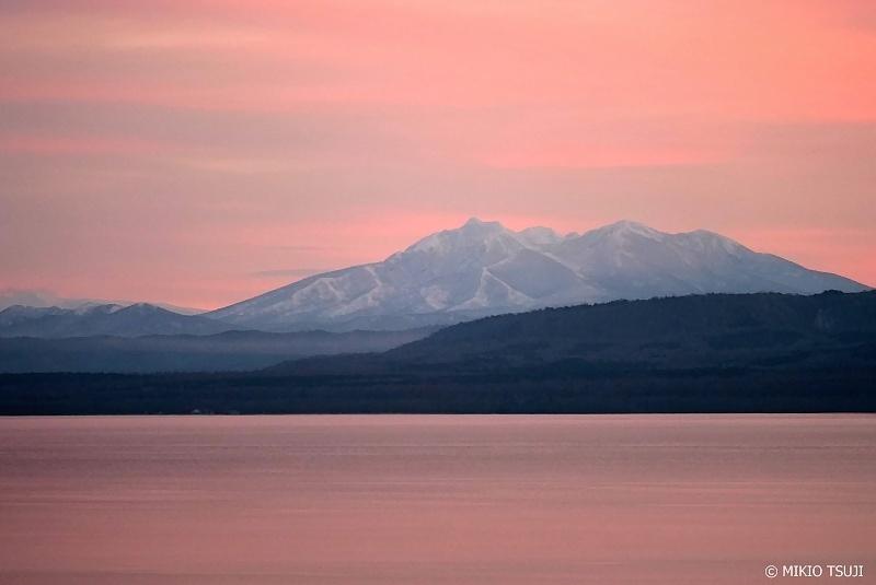 絶景探しの旅 - 0800 サーモン色の光に染まる屈斜路湖と斜里岳 (北海道 弟子屈町)