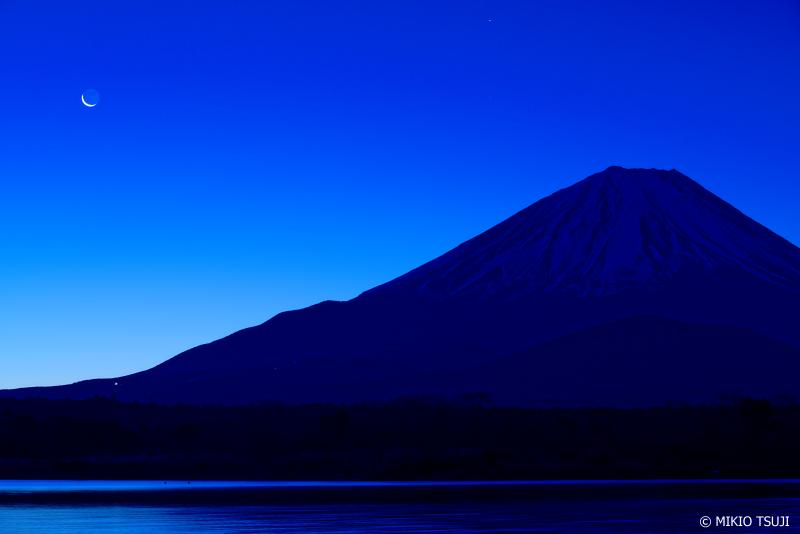 絶景探しの旅 - 0845 富士山と朝の月 (精進湖/山梨県 富士河口湖町)