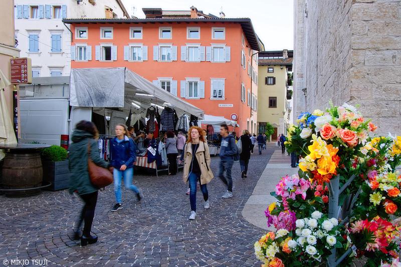 絶景探しの旅 - 0845 トレントの石畳の通り (イタリア トレント)