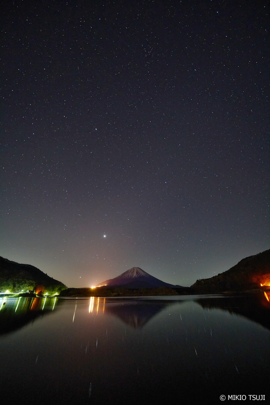 絶景探しの旅 - 0847 空から湖面に流れる星 (精進湖/山梨県 富士河口湖町)