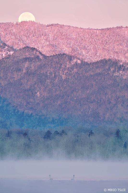 0871 山陰に沈む満月 (屈斜路湖/北海道 弟子屈町)